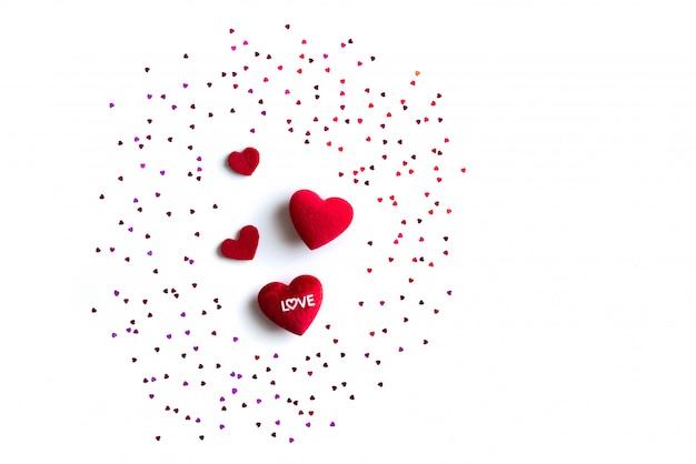 Concetto di san valentino, sfondo bianco con cuori rossi con amore