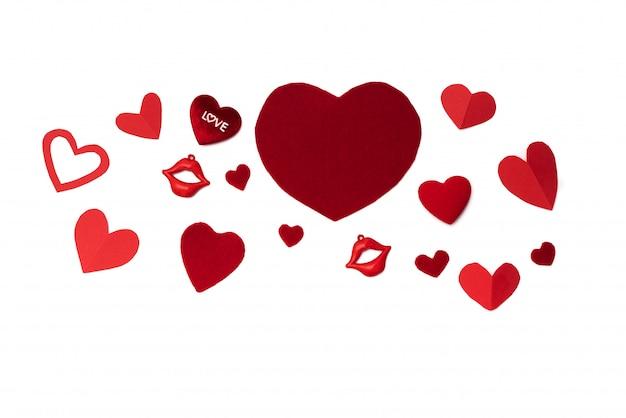 Concetto di san valentino, sfondo bianco con cuori rossi