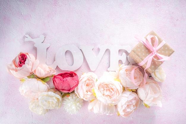 Biglietto di auguri di san valentino e sfondo primaverile con fiori di peonia e parola amore ti amo