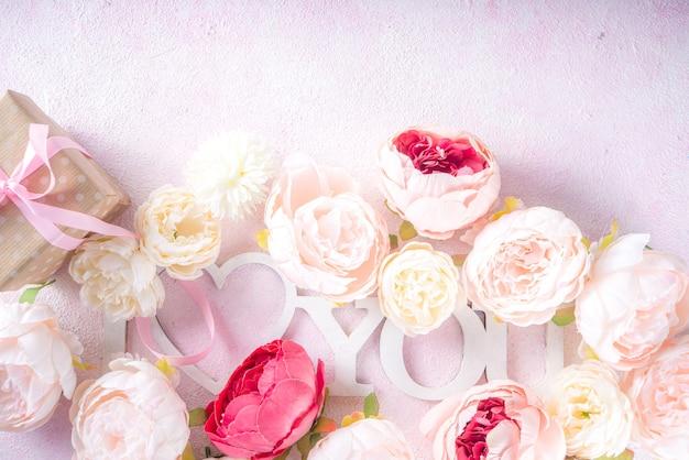 Biglietto di auguri di san valentino e sfondo primaverile con fiori di peonia