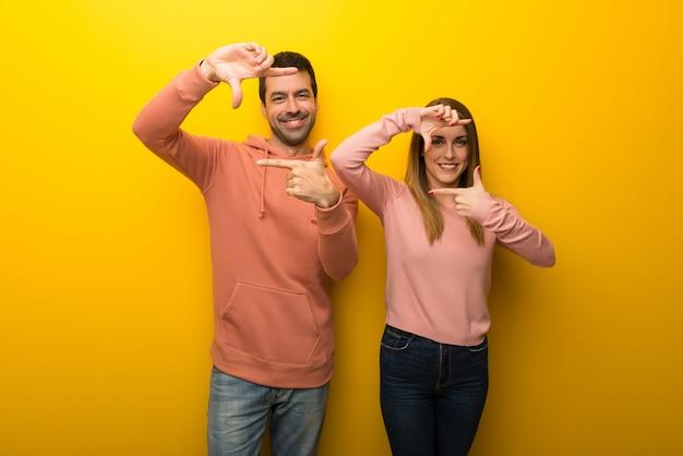 Nel giorno di san valentino gruppo di due persone su sfondo giallo messa a fuoco del viso. simbolo di inquadratura