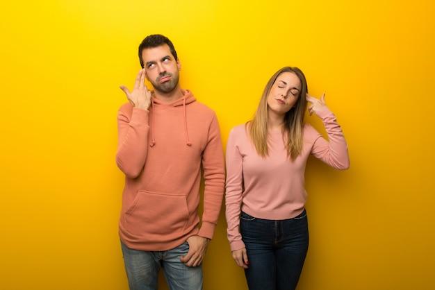Nel giorno di san valentino gruppo di due persone su sfondo giallo con problemi facendo gesto di suicidio