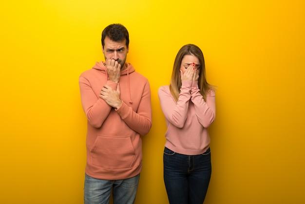 Nel giorno di san valentino gruppo di due persone su sfondo giallo con espressione stanco e malato