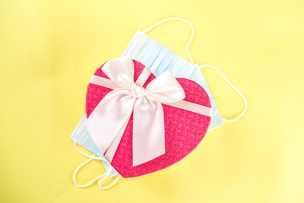 Confezione regalo a forma di cuore di san valentino con fiocco in nastro rosso