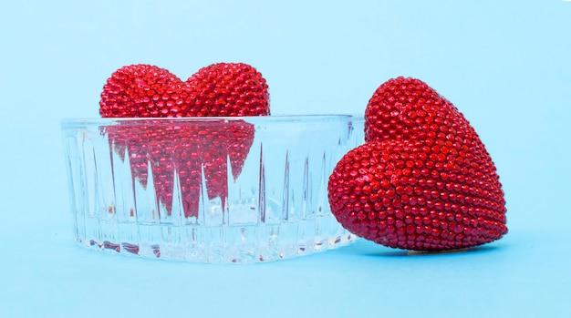 Giorno di san valentino. cuore rosso sui bordi blu. san valentino. pendente a cuore. cuore rosso. spazio per il testo. ottavo di marzo. giornata internazionale della donna. immagine tonica.