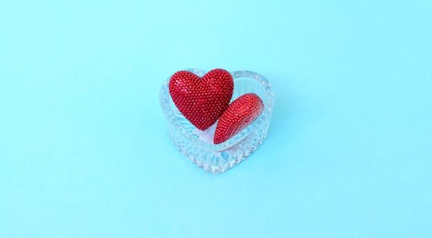 Giorno di san valentino. cuore rosso sui bordi blu. san valentino. pendente a cuore. cuore rosso. spazio per il testo.