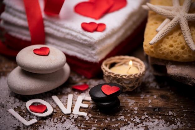 San valentino. primo piano della decorazione del benessere sul tavolo di legno