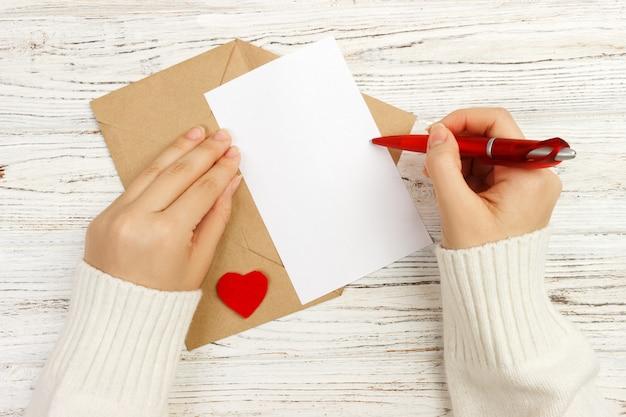 Regalo del biglietto di s. valentino nella decorazione di festa, copyspace