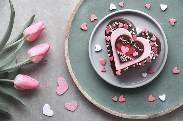 Torta di san valentino con cioccolato, decorazioni di zucchero e testo buon san valentino!