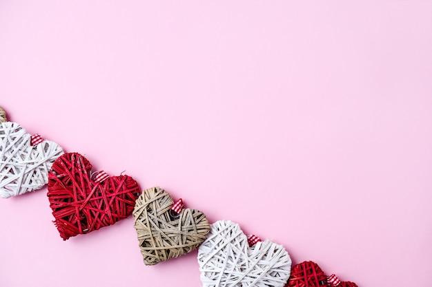 Cuori di san valentino su sfondo rosa con spazio di copia. simboli d'amore a forma di cuore per buon san valentino, festa della donna, festa della mamma, compleanno. carta regalo