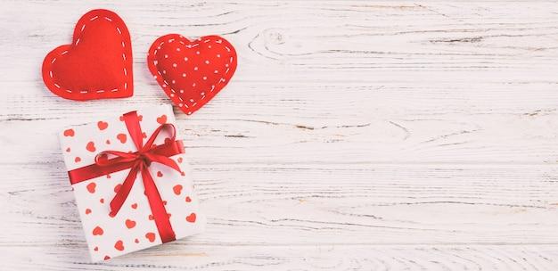 Confezione regalo di san valentino con cuori fatti a mano. lay piatto