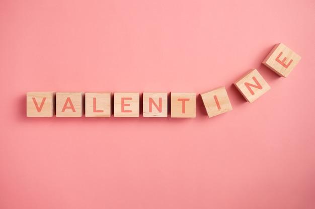 Lettera di san valentino su blocchi di legno isolati su sfondo.