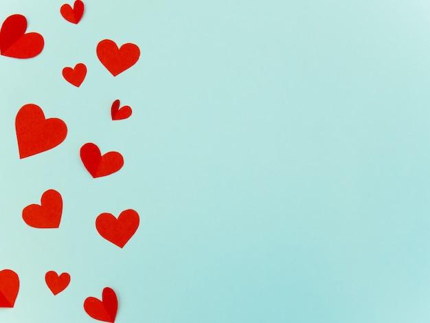 San valentino cuori rossi sfondo di carta con copyspace per amore o concetto di matrimonio.