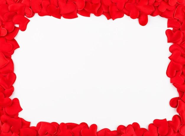 Sfondo di san valentino. cornice da cuori rossi su sfondo bianco