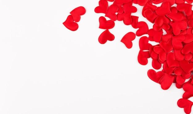 Sfondo di san valentino. cuori rossi su sfondo bianco