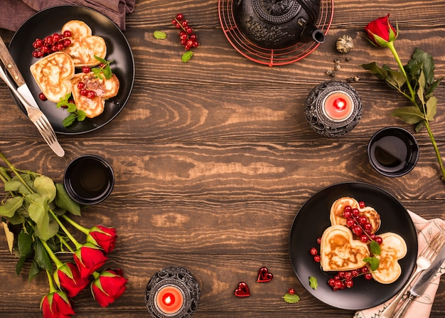 Fondo di san valentino con deliziosi pancake a forma di cuore