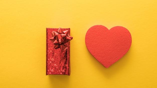 Banner di san valentino, stile di arte della carta. cuore e regalo su carta gialla