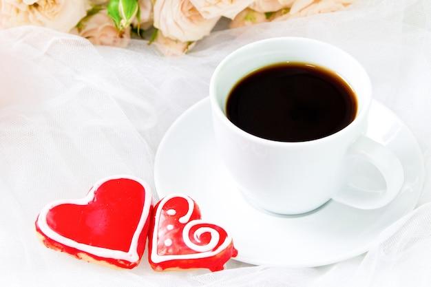 Caffè di san valentino e due cuori di pan di zenzero