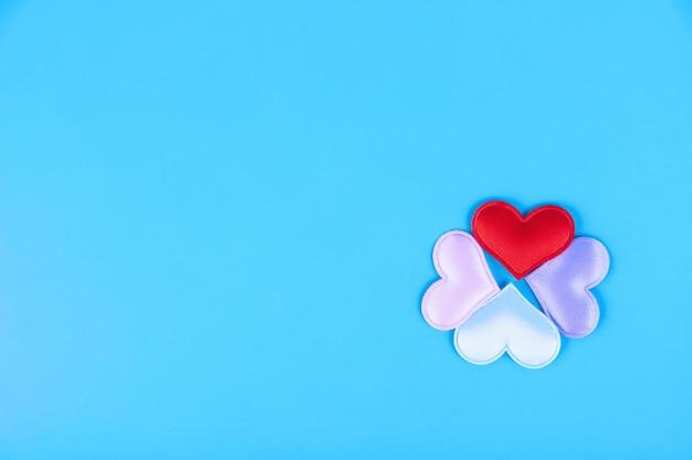 Composizione di san valentino. cuori su sfondo blu. vista dall'alto. lay piatto. copia spazio