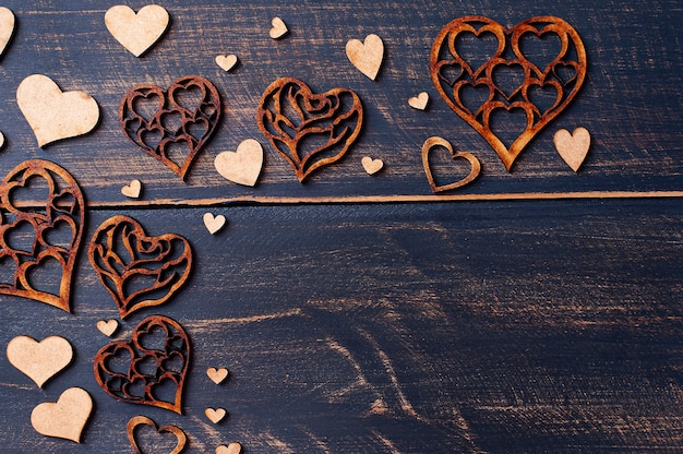 Composizione di san valentino con cuori sulla tavola di legno