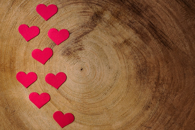 Composizione di san valentino con fondo in legno e cuori rossi. copia spazio