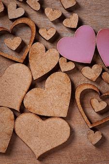 San valentino. composizione con cuori in legno. messa a fuoco selettiva
