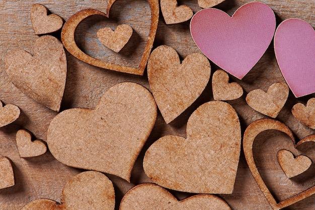 San valentino. composizione con cuori in legno.
