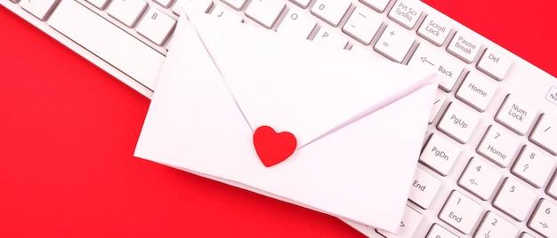 Concetto di san valentino. fatto a mano, dichiarazione d'amore in una busta. biglietto di auguri piatto laico e minimalista.