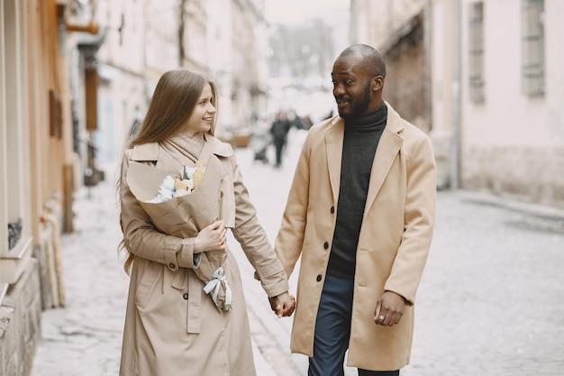 Concetto di san valentino. la gente cammina fuori. persone miste in una città.