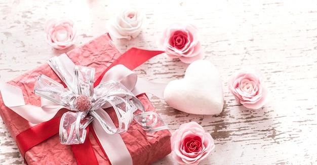 Concetto di san valentino, confezione regalo rossa