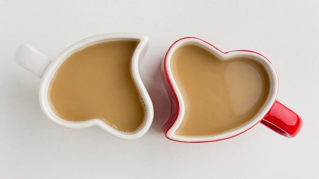 Concetto di san valentino con tazze a forma di cuore