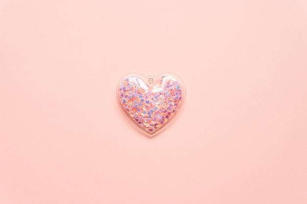 Concetto di san valentino con cuore rosa su sfondo chiaro, vista dall'alto, copia dello spazio.