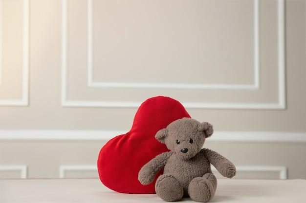 San valentino, simpatico orso di peluche che tiene il cuore,