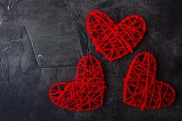 Sfondo scuro di san valentino con cuori rossi.
