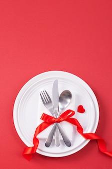 Concetto di design di san valentino - piatto romantico al ristorante, promozione del pasto per le celebrazioni delle vacanze per incontri di coppia e amante, vista dall'alto, distesi, sopra la testa