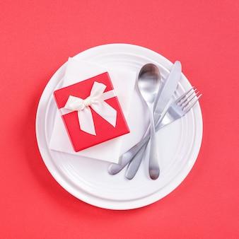 Concetto di design di san valentino - piatto romantico nel ristorante, promozione del pasto per la celebrazione delle vacanze per incontri di coppia e amante, vista dall'alto, piatto, sopra la testa