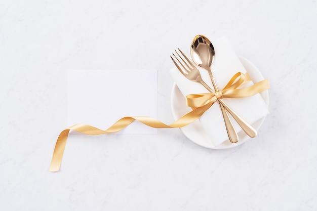 Concetto di design di san valentino - piatto romantico set di piatti per la promozione del pasto di celebrazione delle vacanze al ristorante per incontri di coppia e amante, vista dall'alto, distesi