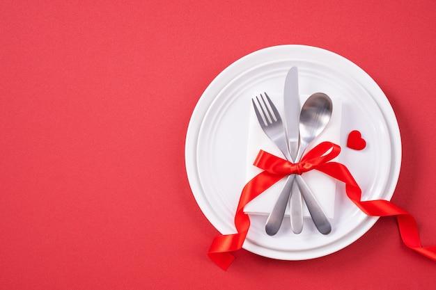 Concetto di design di san valentino - stoviglie romantiche per un pasto romantico