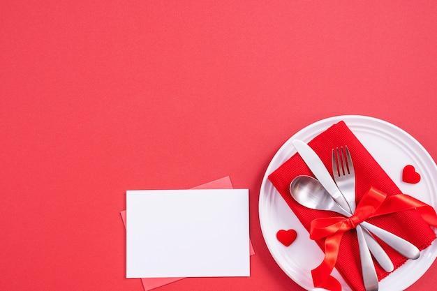 Concetto di design di san valentino - stoviglie per un pasto romantico