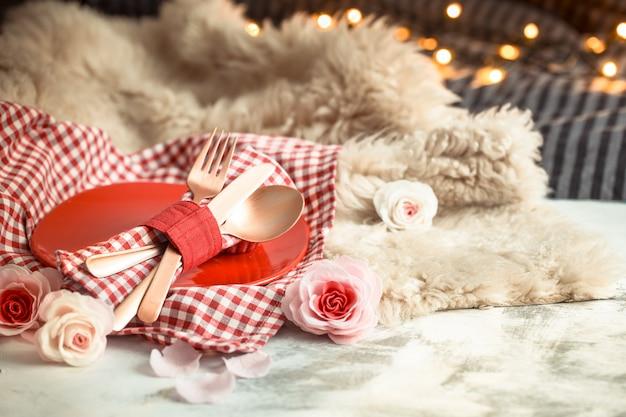 Cena festiva di san valentino su una tavola di legno posate Foto Premium