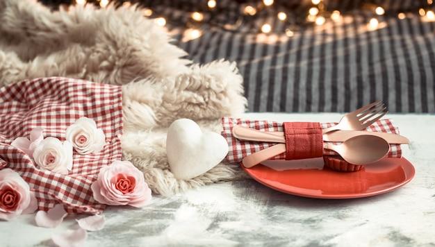 Cena festiva di san valentino su una coltelleria di legno della parete