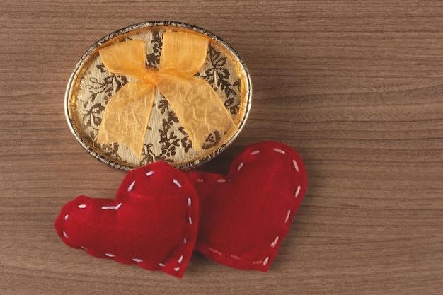Regalo di san valentino con cuori rossi.