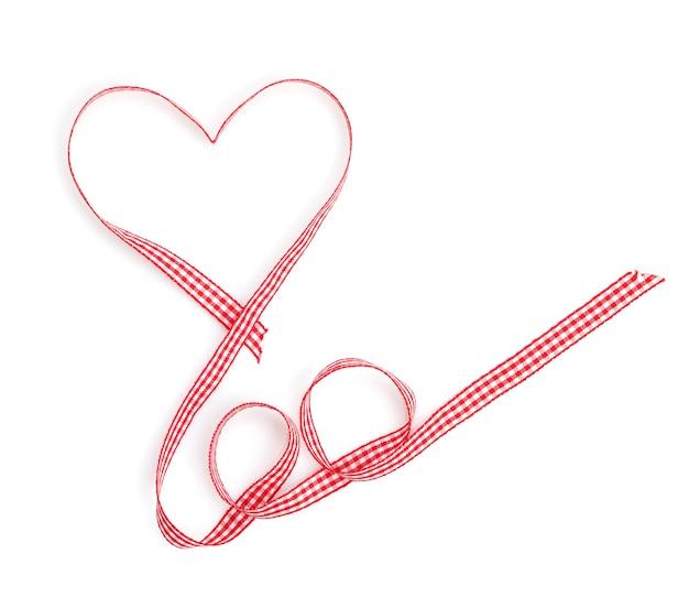 Nastro rosso a forma di cuore di san valentino. isolato su sfondo bianco