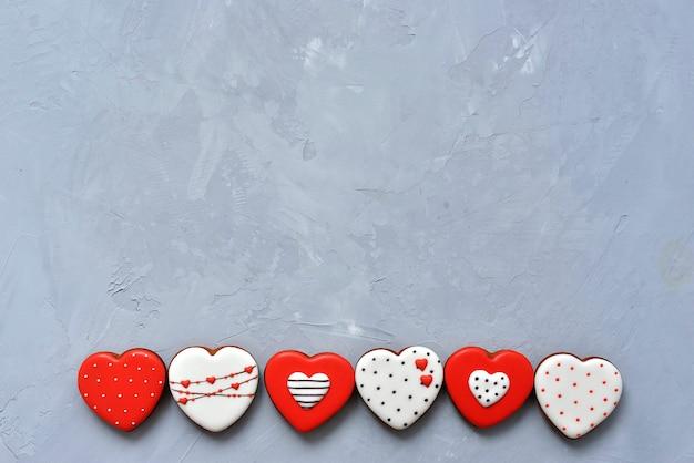 San valentino biscotti fatti in casa su fondo grigio ultimate ricoperti di glassa con un bel motivo pan di zenzero.