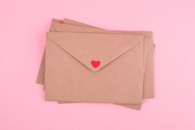 Il giorno di san valentino e il concetto di amore. buste vintage su sfondo rosa.