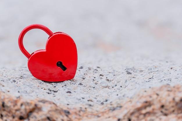 Il giorno di san valentino e il concetto di amore con lucchetto a forma di cuore. la chiave più dolce e il simbolo del romanticismo.