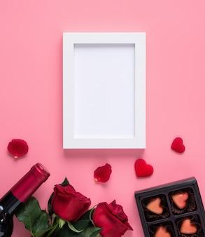 Memoria di san valentino con cornice in bianco sul concetto di design sfondo rosa