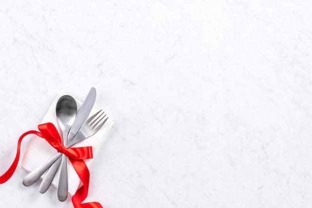 San valentino, festa della mamma, pasto per appuntamenti per le vacanze, concetto di design per banchetti - piatto bianco e nastro rosso su sfondo marmo, vista dall'alto, piatto.