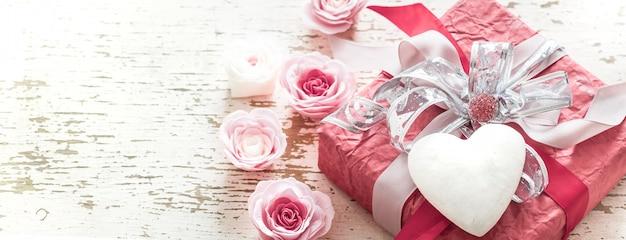 Concetto di san valentino e festa della mamma, contenitore di regalo rosso