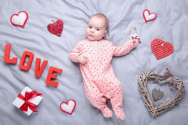 Maschera di san valentino con le neonate su gray. vista dall'alto